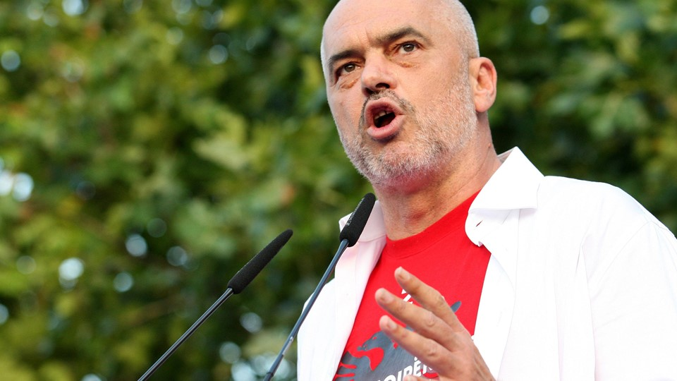 Albania''s ruling Socialist Party leader, Prime Minister Edi Rama speaks during a post-elections rally in Tirana Foto: Reuters/Stringer