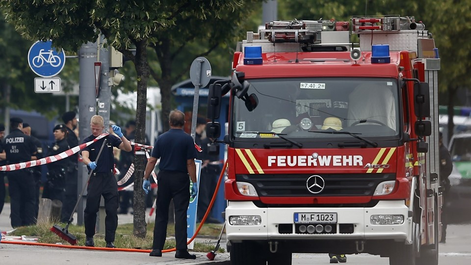 Members of the fire brigade attend scene near shooting rampage at Olympia shopping mall in Munich Foto: Reuters/Michael Dalder