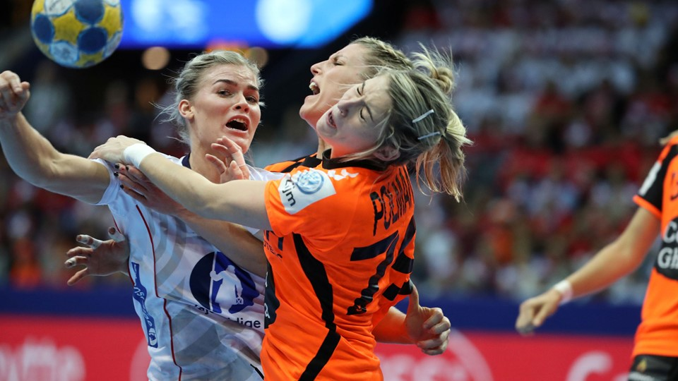 Women's Handball - Netherlands v Norway - 2016 Women's European Championship - Final - Scandinavium Arena - Gothenburg, Sweden - 18/12/16 - Norway's Veronica Kristiansen (L) stopped by Estavana Polman and Cornelia Groot. TT News Agency/Bjorn Larsson Rosvall/via REUTERS ATTENTION EDITORS - THIS IMAGE WAS PROVIDED BY A THIRD PARTY. FOR EDITORIAL USE ONLY. SWEDEN OUT.NO COMMERCIAL OR EDITORIAL SALES IN SWEDEN.