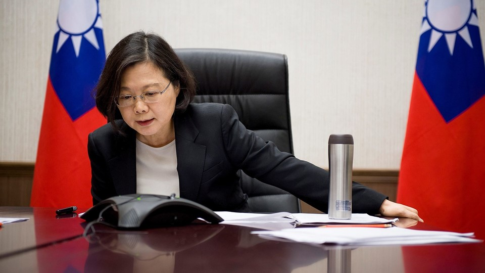 Taiwan's President Tsai Ing-wen speaks on the phone with U.S. president-elect Donald Trump at her office in Taipei Foto: Reuters/Handout