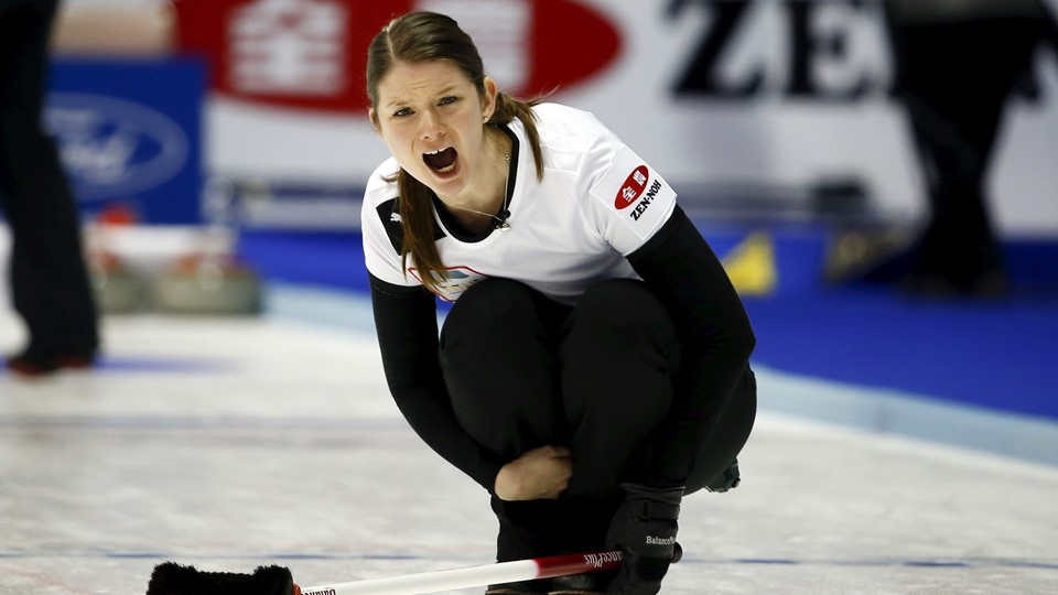 Denmark's Nielsen instructs her team-mates after she delivered a stone at World Women's Curling Championships in Sapporo Foto: Reuters/Thomas Peter