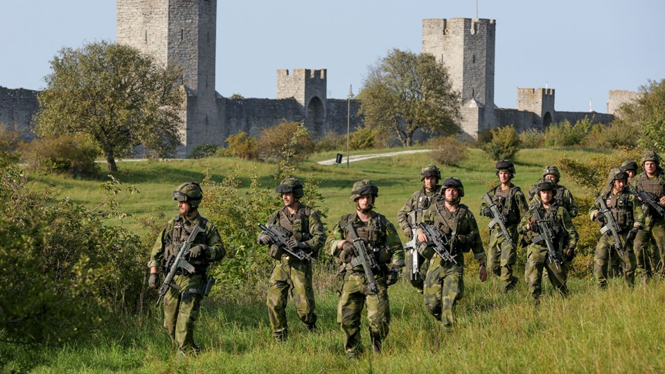 A squad from Skaraborg Armoured Regiment, currently training on the island of Gotland in the Baltic, patrols outside Visby's 13th century city wall Foto: Reuters/Tt News Agency