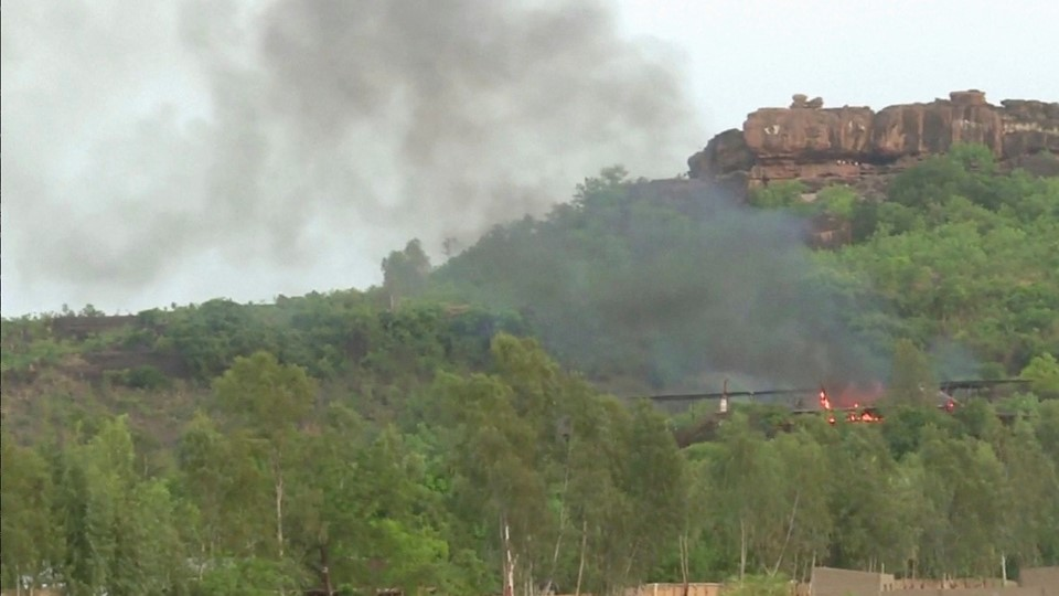 Flames rise following an attack where gunmen stormed Le Campement Kangaba resort in Dougourakoro, to the east of the capital Bamako, Mali in this still frame taken from video Foto: Reuters/Reuters Tv