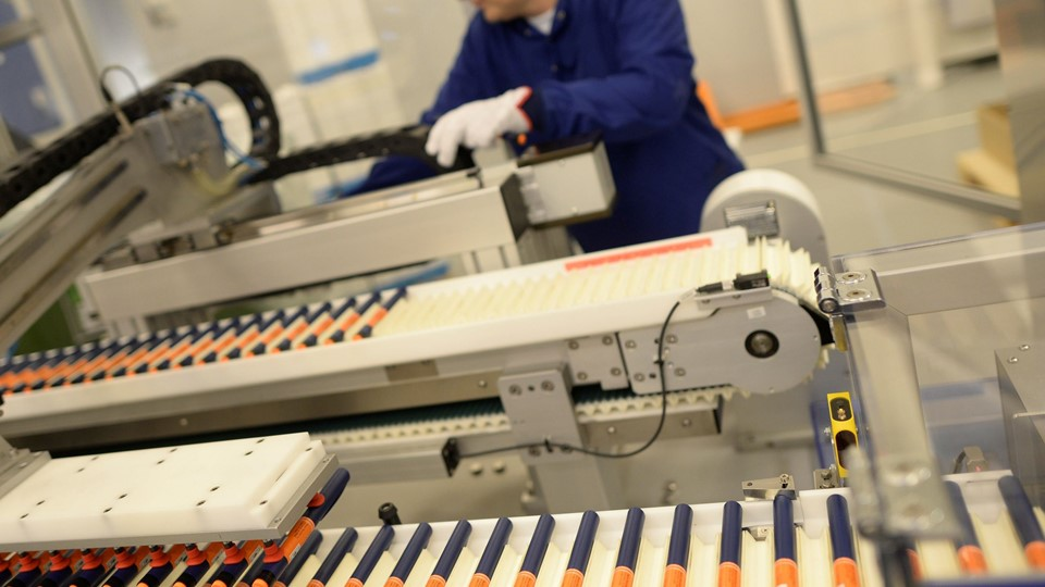 A Novo Nordisk employee controls a machine at an insulin production line in a plant in Kalundborg Foto: Reuters/Fabian Bimmer