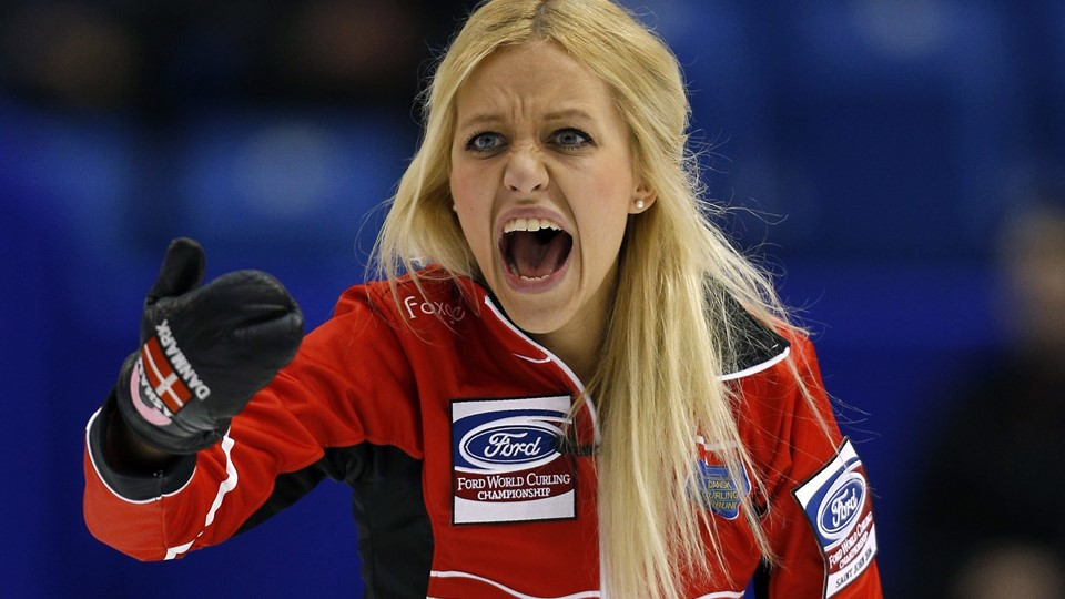 Denmark's skip Madeleine Dupont shouts instructions to her teammates during their draw against Sweden at the World Women's Curling Championships in St. John Foto: Scanpix/Mathieu Belanger