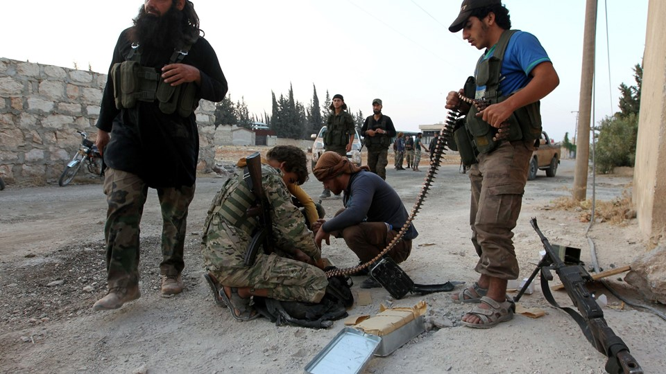 Rebel fighters prepare their weapons in an artillery academy of Aleppo Foto: Reuters/Ammar Abdullah