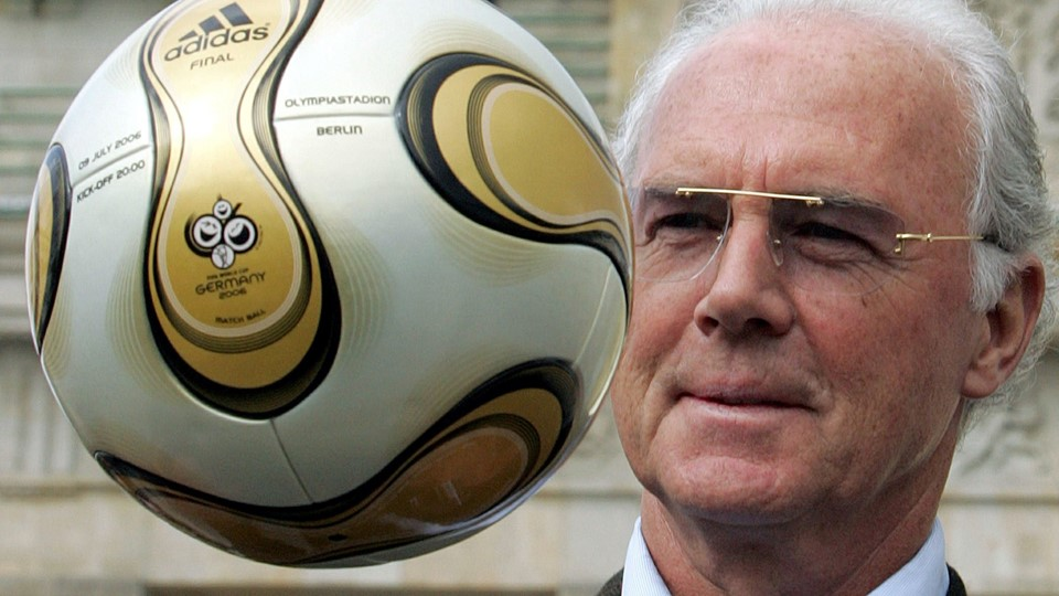 Franz Beckenbauer, President of Germany's World Cup organising committee, plays with a golden soccer ball Foto: Reuters/Tobias Schwarz