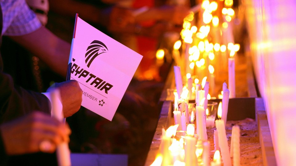 People light candles during a candlelight vigil for the victims of EgyptAir flight 804, at the Cairo Opera house in Cairo Foto: Reuters/Mohamed Abd El Ghany