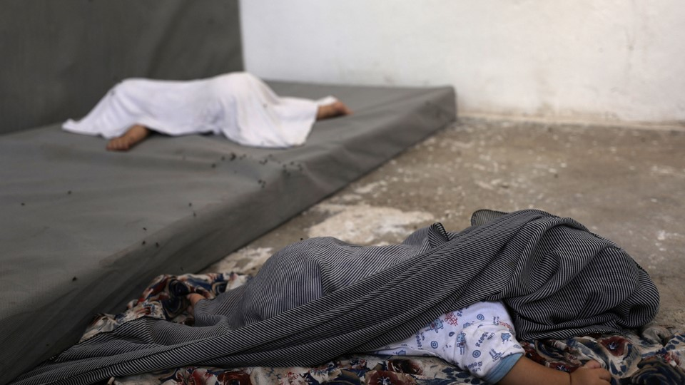 The daughter of Tunisian Iman Othman, wife of a former Islamic State fighter, is covered against flies while she sleeps at a camp for displaced people in Ain Issa, north of Raqqa, Iman Foto: Reuters/Rodi Said
