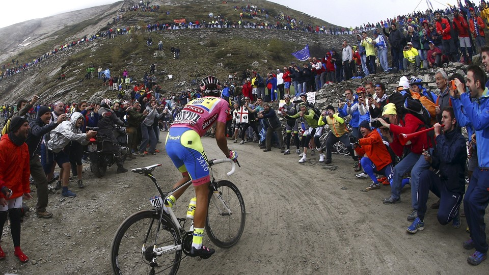 Tinkoff-Saxo rider Alberto Contador of Spain climbs Colle delle Finestre mountain during the 20th stage of the 98th Giro d'Italia (Tour of Italy) cycling race, a 199-km (124 miles) trek from Saint Vincent to Sestriere, Italy, May 30, 2015. Contador lost touch with his main rivals in the penultimate climb, up the narrow dirt roads to the Colle delle Finestre, but retained the overall leader's pink jersey. REUTERS/Giovanni Auletta/Pool