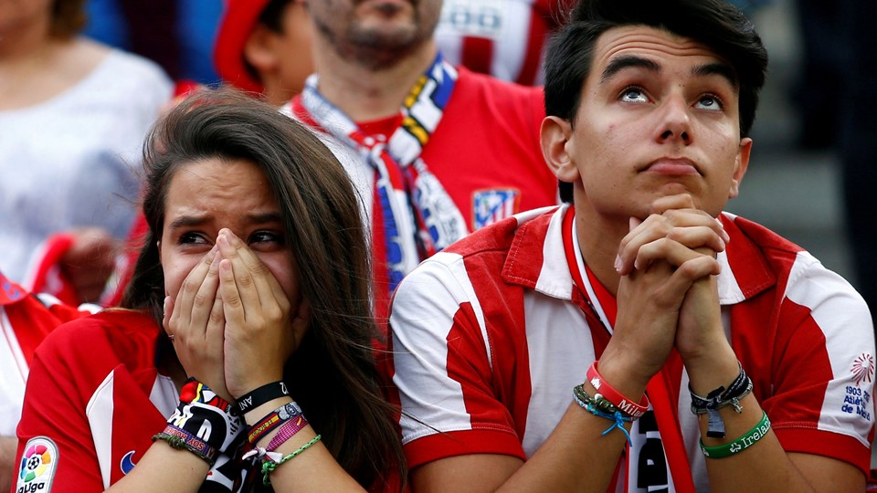Atletico Madrid fans react during the last match at Vicente Calderon as Atletico Madrid bids farewell to its home of 51 years before moving to the newly-built Wanda Metropolitano, in Madrid Foto: Reuters/Javier Barbancho