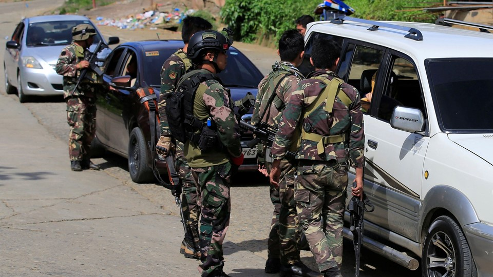 Philippine National Police Special Action Force personnel man a checkpoint in Marawi city Foto: Reuters/Romeo Ranoco