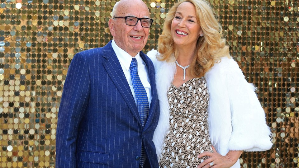 Rupert Murdoch and Jerry Hall arrive for the world premiere of ''Absolutely Fabulous'' at Leicester Square in London Foto: Reuters/Paul Hackett
