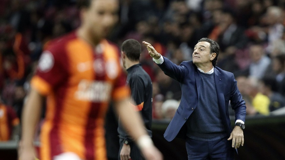 Coach Prandelli of Galatasaray gestures during their Champions League Group D soccer match against Borussia Dortmund in Istanbul Foto: Reuters/Osman Orsal