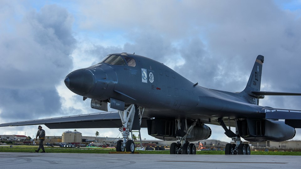 One of two U.S. Air Force B-1B Lancer bombers prepares to take off for a 10-hour mission from Guam Foto: Reuters/Handout/arkiv
