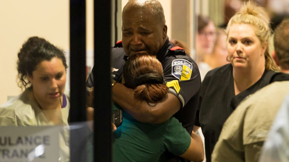 A DART police officer receives comfort at Baylor University Hospital emergency room entrance after a shooting attack in Dallas Foto: Reuters/Handout