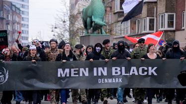 """Frihed for Danmark"", romerlys og kanonslag: En person anholdt ved Men in Black-demonstration"