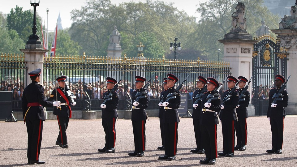 Princess of Wales's Royal Regiment ved et vagtskifte foran Buckingham Palace. Foto: Scanpix/Peter Macdiarmid/arkiv