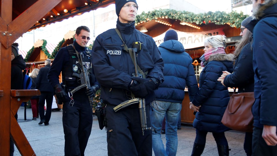 German police patrol with submachine guns at the Christmas market at Breitscheid square in Berlin Foto: Reuters/Fabrizio Bensch