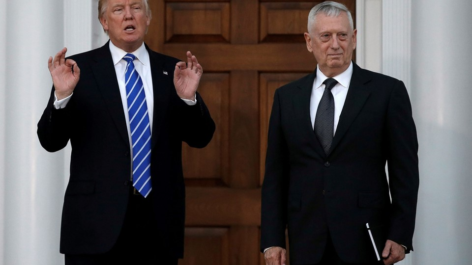 File picture of U.S. President-elect Donald Trump with retired Marine Gen. James Mattis following their meeting at the main clubhouse at Trump National Golf Club in Bedminster Foto: Reuters/Mike Segar