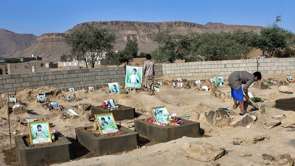 Yemeni children stand by the graves of schoolboys who were killed while on a bus that was hit by a Saudi-led coalition air strike on the Dahyan market in August, at a cemetery in the Huthi rebels' stronghold province of Saada on September 4, 2018. Foto: STRINGER / AFP