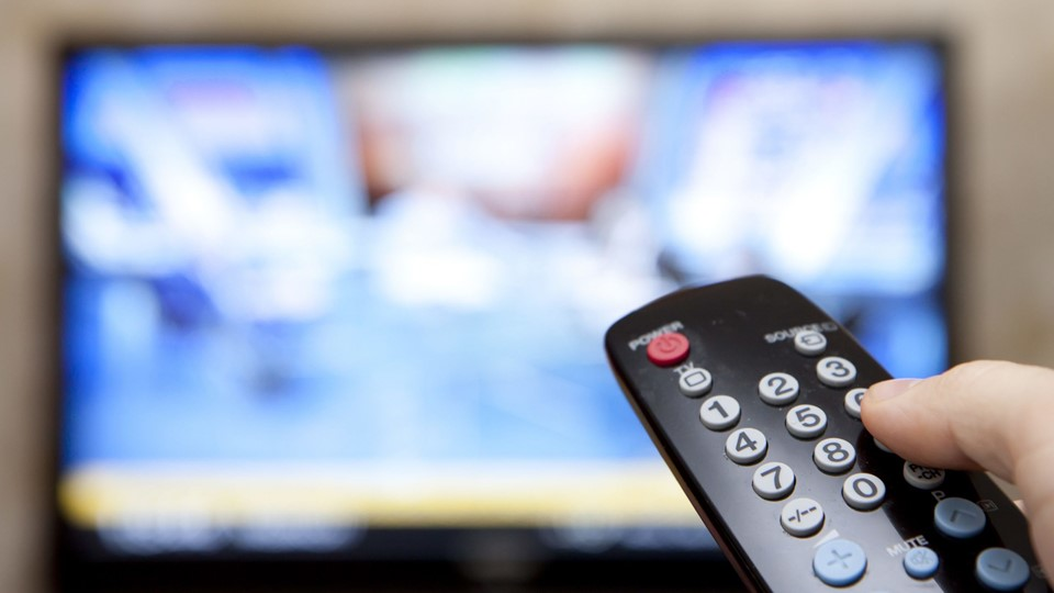 Television remote control changes channels thumb on the blue TV screen Foto: Free