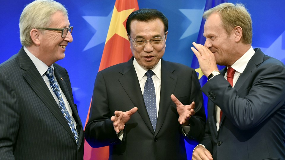 FILE PHOTO: European Commission President Jean Claude Juncker, Chinese Premier Li Keqiang and European Council President Donald Tusk attend a signing ceremony during a EU-China summit in Brussels in 2015 Foto: Reuters/Pool New
