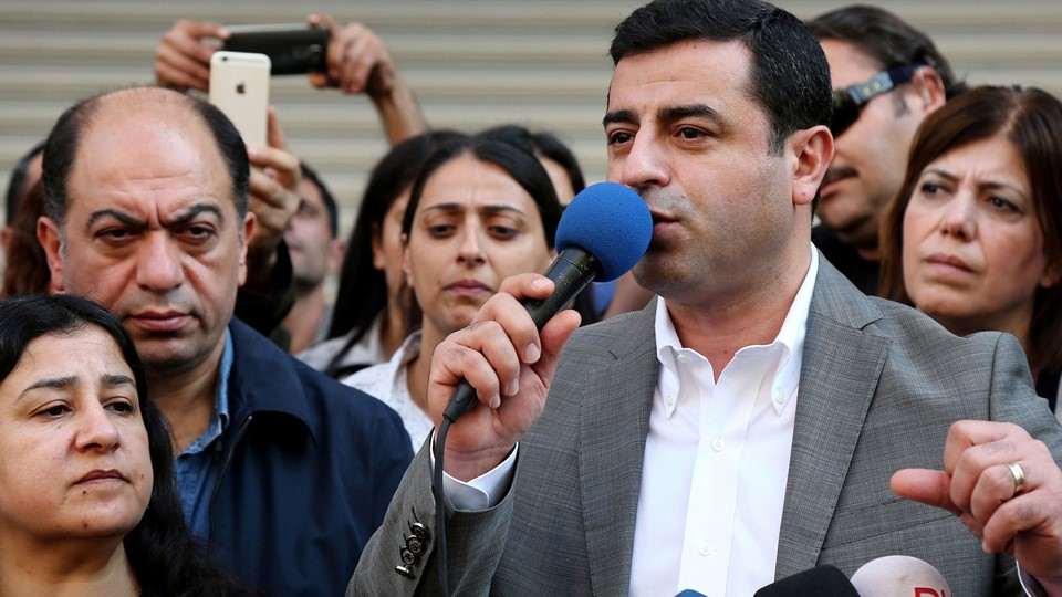 Selahattin Demirtas talks during a gathering to protest against the arrest of the city's two joint mayors on terrorism charges in Diyarbakir Foto: Reuters/Sertac Kayar