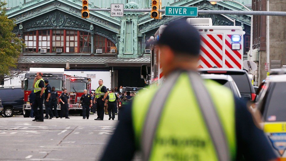 Hoboken police officers look over the scene of a train crash where a New Jersey Transit train derailed and crashed through the station, injuring more than 100 people, in Hoboken Foto: Reuters/Shannon Stapleton