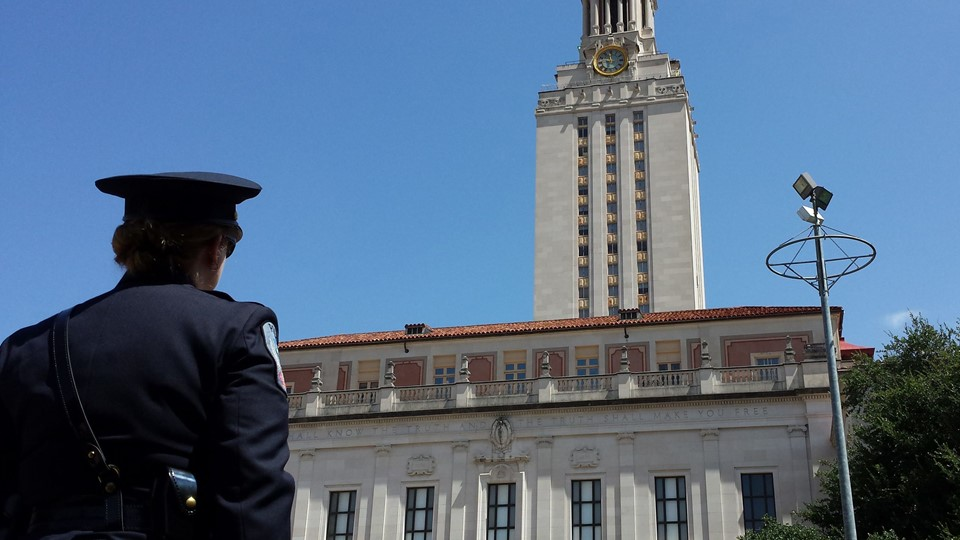 A police officer stands in front of the University of Texas tower, from which a sniper 50 years ago launched a shooting rampage that left 16 people dead, during a memorial in Austin Foto: Reuters/Staff