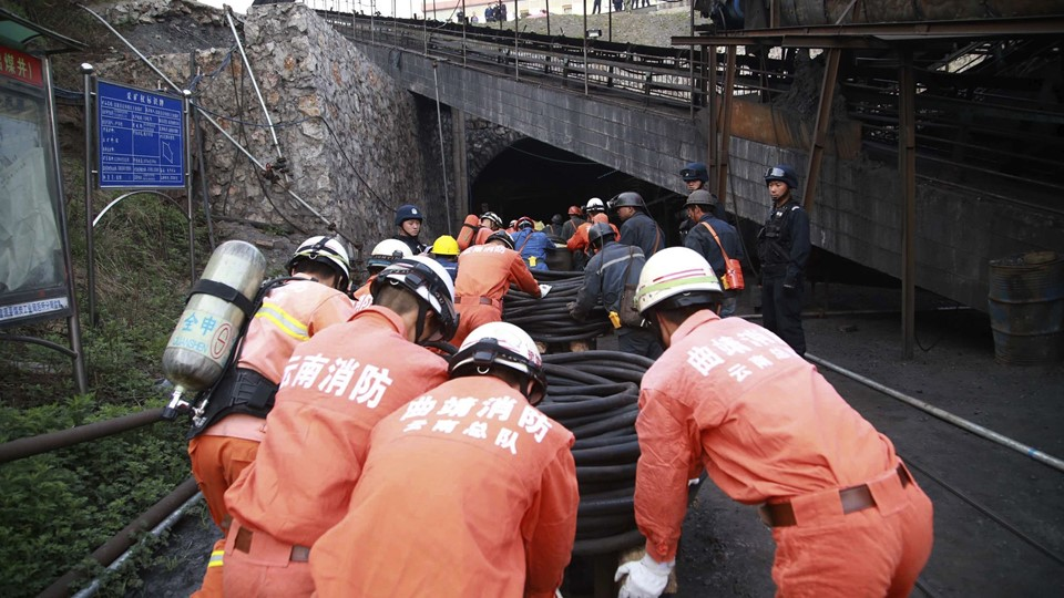 Rescuers push carts down a coal mine as they carry out rescue operations after a gas explosion Foto: Reuters/China Stringer Network