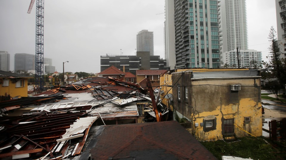Destroyed roofs at a residential areas are seen as Hurricane Irma passes south Florida, in Miami Foto: Reuters/Carlos Barria