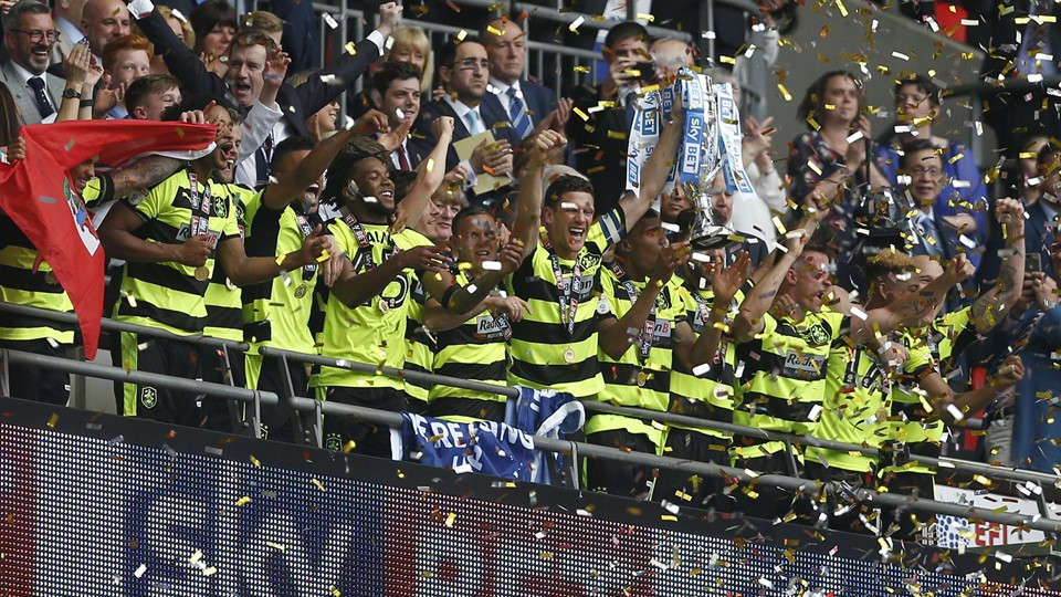 Huddersfield Town celebrate with the trophy after winning the Sky Bet Championship Play-Off Final and getting promoted to the Premier League Foto: Reuters/Matthew Childs/arkiv