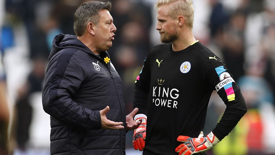 Leicester City manager Craig Shakespeare talks with Kasper Schmeichel at the end of the match Foto: Reuters/John Sibley