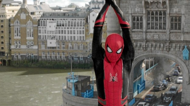 "Spiderman i aktion på Tower Bridge i London i den seneste Spiderman-film ""Far from home"", som Kinorevuen i Skørping har på plakaten i den kommende uge. PR-foto"