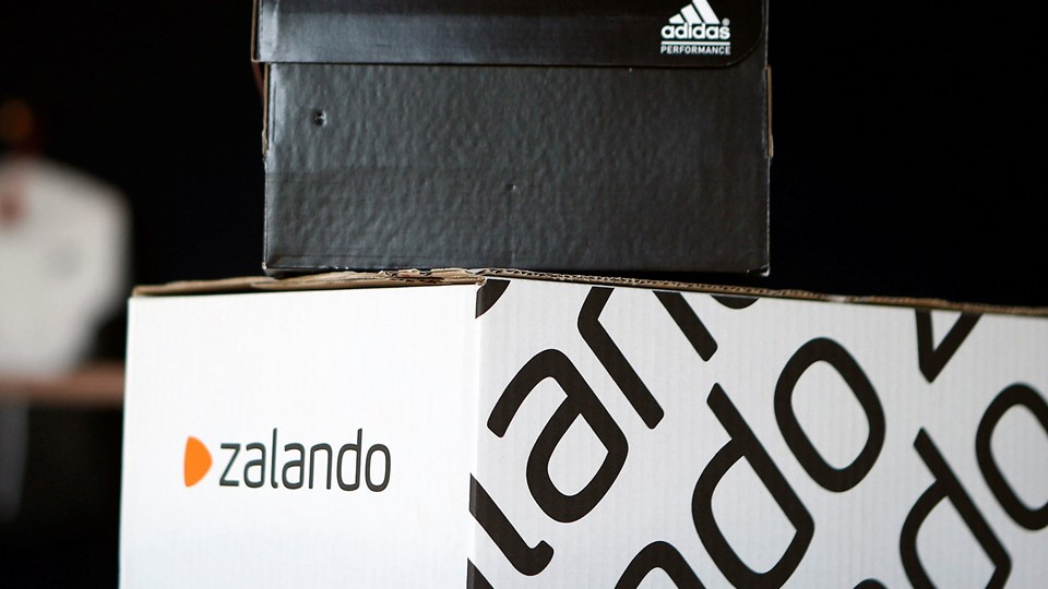A Adidas shoebox stands above a Zalando cardboard box on a staged scene in Berlin Foto: Reuters/Axel Schmidt