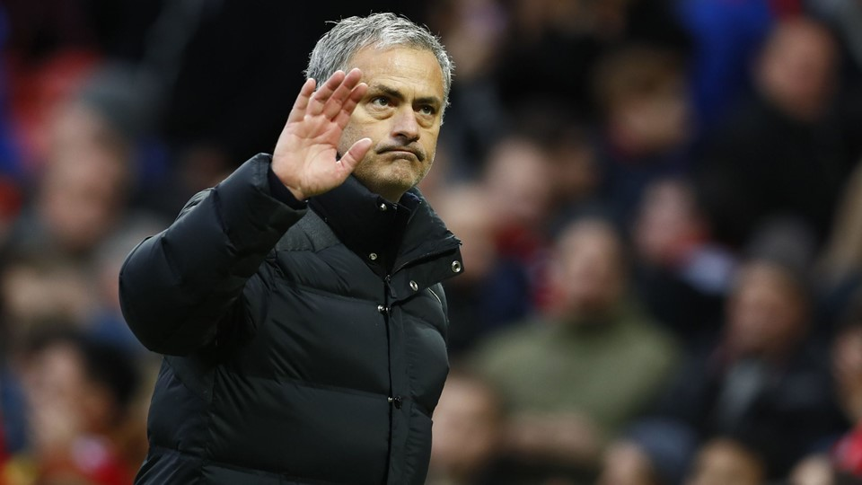 Manchester United manager Jose Mourinho waves to the fans Foto: Reuters/Jason Cairnduff