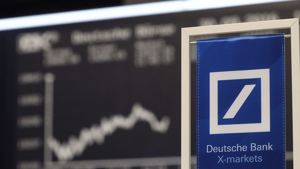 A banners of Deutsche Bank is pictured in front of the German share price index, DAX in Frankfurt Foto: Reuters/Kai Pfaffenbach