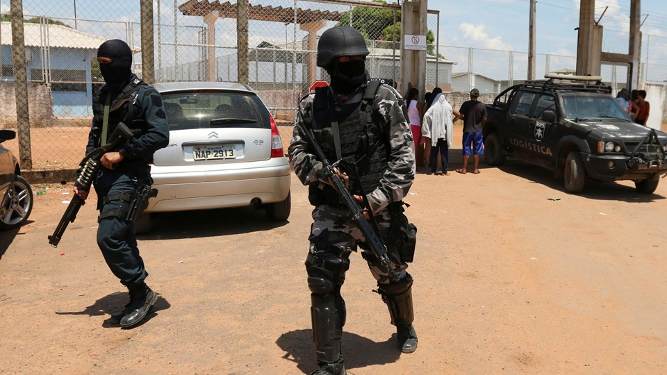 Riot police officers patrol outside a prison after clashes between rival criminal factions in Boa Vista Foto: Reuters/Stringer