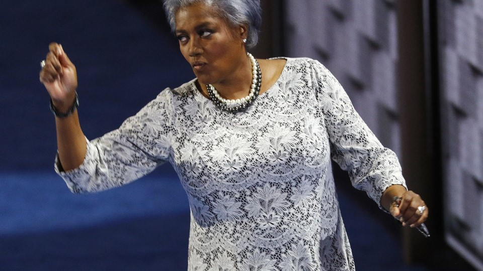 Donna Brazile, interim chair of the Democratic National Committee, gestures as she leaves the stage at the Democratic National Convention in Philadelphia Foto: Reuters/Scott Audette