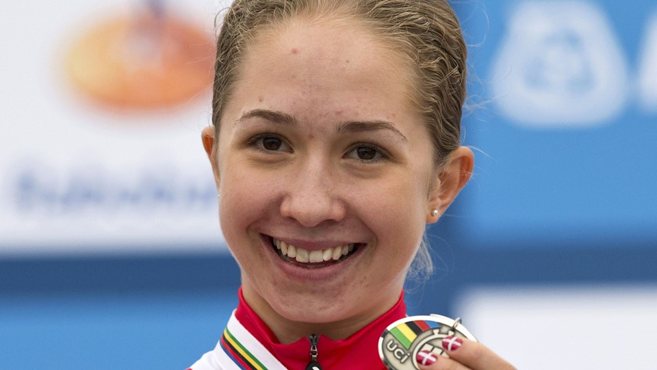 Uttrup Ludwig from Denmark shows her silver medal on the podium after the junior women's under-23 time trial at the UCI Road World Championships in Valkenburg Foto: Reuters/Michael Kooren