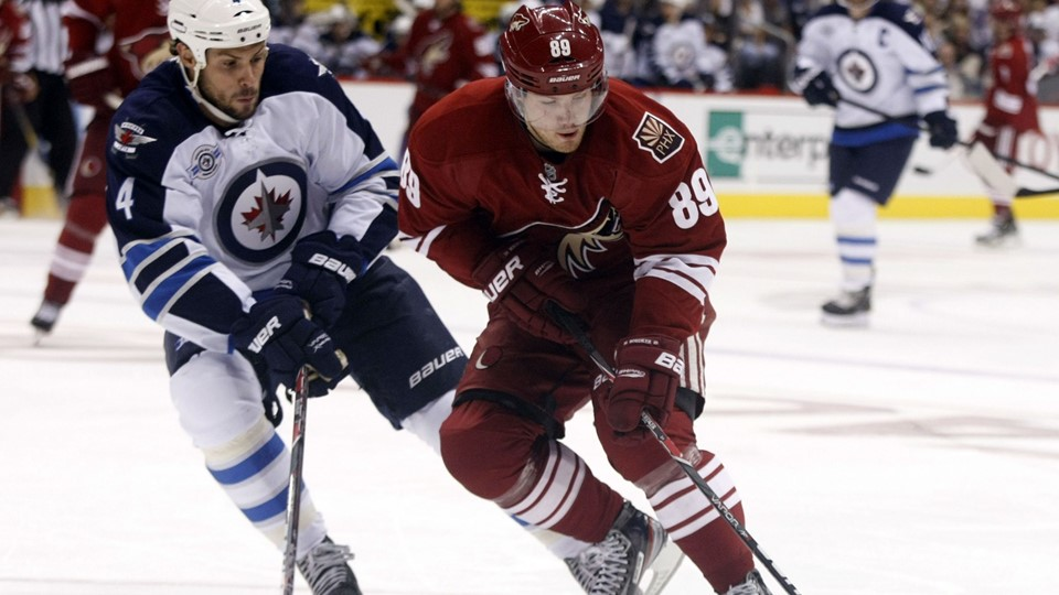 Phoenix Coyotes' Boedker skates away from Winnipeg Jets' Bogosian during their NH hockey game in Glendale Bødker Foto: Reuters/Rick Scuteri