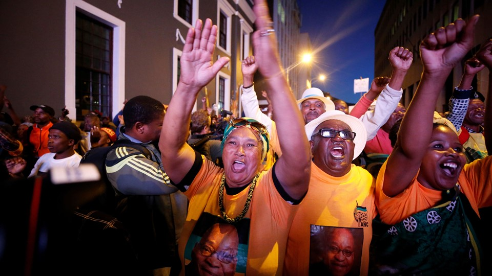Pro-Zuma supporters celebrate after the vote of no confidence against President Jacob Zuma failed in Cape Town, South Africa Foto: Reuters/Mike Hutchings