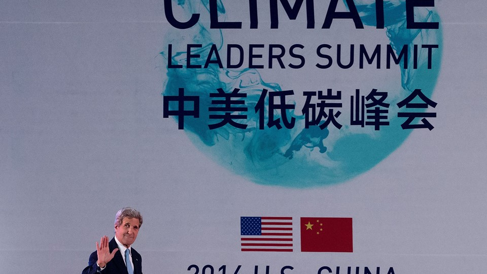 U.S. Secretary of State Kerry waves as he arrives at the U.S.-China Climate-Smart/Low-Carbon Cities Summit held at a hotel in Beijing Foto: Reuters/Pool