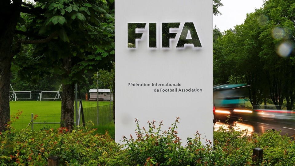 Cars drive past a logo in front of FIFA's headquarters in Zurich Foto: Reuters/Arnd Wiegmann