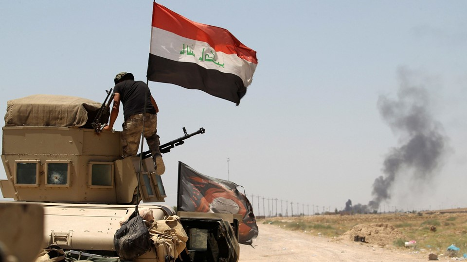 A member of the Iraqi security forces rides in a military vehicle on the outskirts of Falluja Foto: Reuters/Alaa Al-marjani