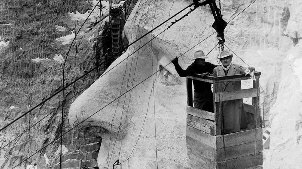 "Mount Rushmore er skabt af billedhuggeren Gutzon Borglum (og 400 arbejdere) i mellemkrigstiden. Foto: <a href=""https://rarehistoricalphotos.com/carving-mount-rushmore-pictures/"" id=""link-a15d226b4c60657322395e38ce5c587c"">Library of Congress / Archive Photos / Getty Images / Britannica Encyclopedia</a>"