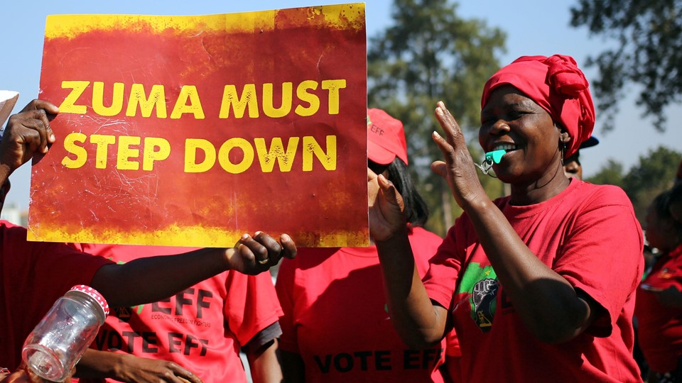 Anti-Zuma protesters and members of South Africa''s ultra-left Economic Freedom Fighters party (EFF), hold a placard ahead of the vote of no confidence against President Jacob Zuma, in Pretoria Foto: Reuters/Siphiwe Sibeko