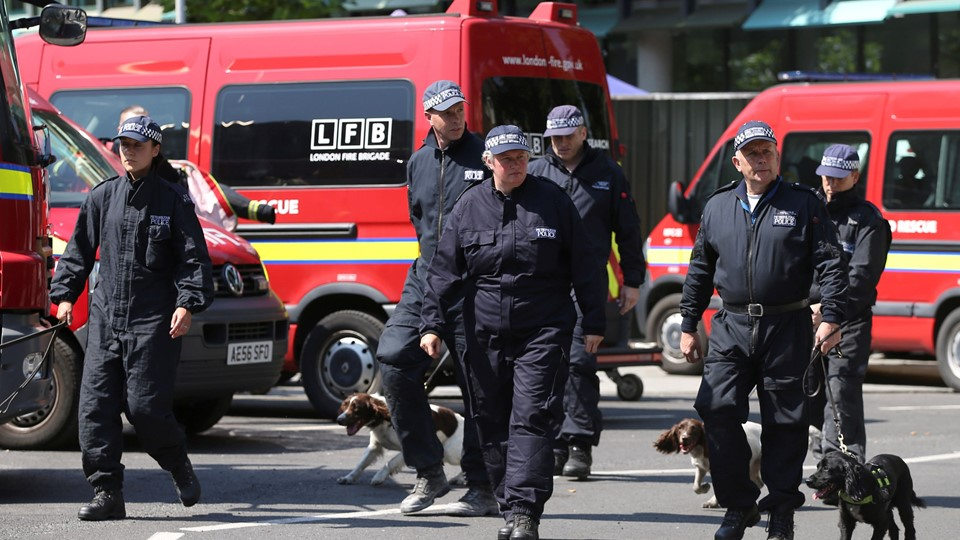Members of the emergency services arrive to attend a minute''s silence for the victims of the Grenfell Tower fire near the site of the blaze in North Kensington, London Foto: Reuters/Marko Djurica