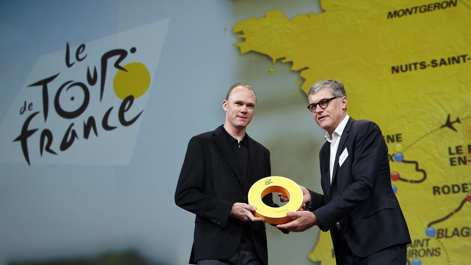 ASO's Laurent Lachaux, Commercial and Marketin Director at Amaury Sport Organisation, presents rider Chris Froome of Britain with a gift after the presentation of the itinerary of the 2017 Tour de France cycling race during a news conference in Paris Foto: Reuters/Benoit Tessier